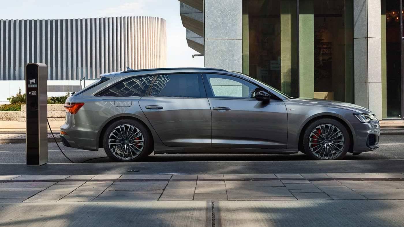 Audi A6 Avant TFSIe profil borne recharge hybride