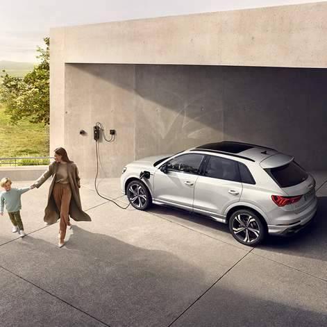 Nouvelle Audi Q3 TFSIe hybride recharge borne